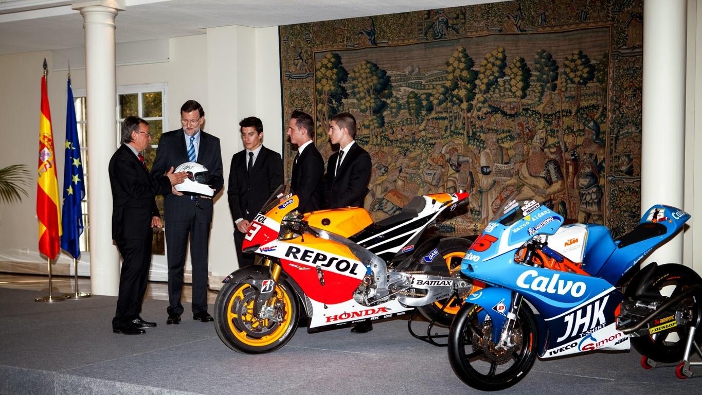 Ángel Viladoms entrega a Mariano Rajoy un caso firmado por todos los tres pilotos Foto RFME (Nuria Martínez)